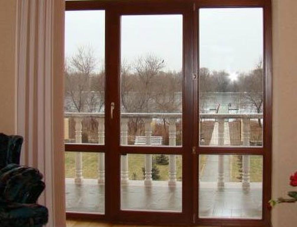Балконные двери: классические пластиковые и раздвижные двери.